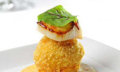 Arancinis à La Meule Des Champs, crème de crevettes au paprika fumé et pétoncles saisis