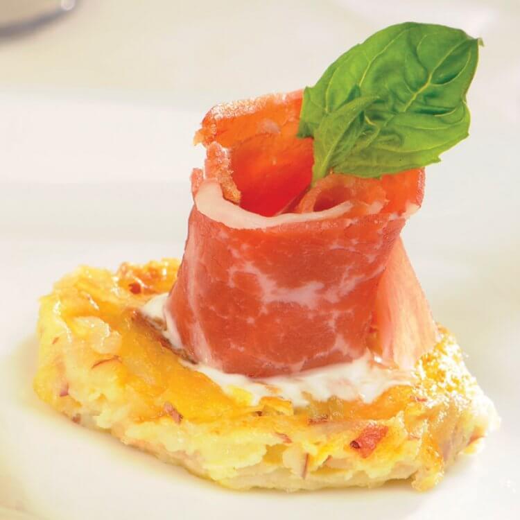 Rosette de prosciutto sur latkas de pommes de terre et fromage Le Curé Labelle