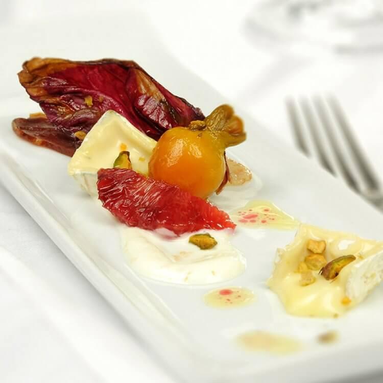 Salade de betteraves, orange sanguine, radicchio grillé, magret de canard séché et Le Maria Chapdelaine
