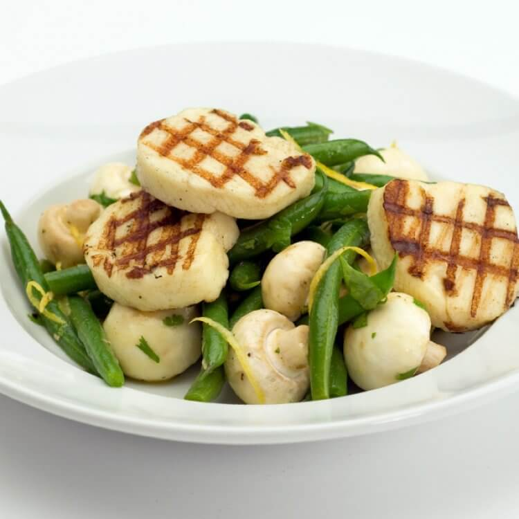 Salade de champignons, haricots et haloumi