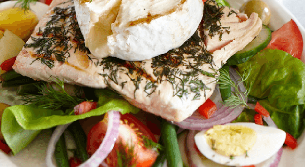 Salade niçoise au saumon grillé et fromage