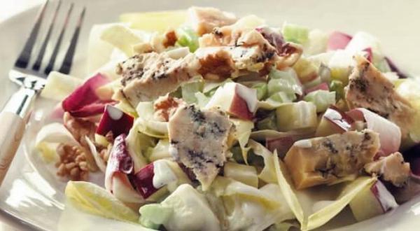 Salade Waldorf aux endives et fromage bleu