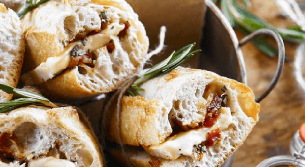 Sandwich à la confiture de tomates au bacon et au fromage