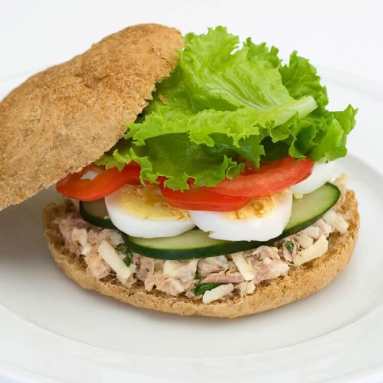 Sandwich à la salade de thon et au Bingo! Cheddar Bio