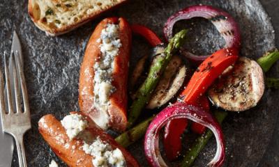 Saucisses grillées farcies au Rébellion 1837 sur salade de légumes grillés