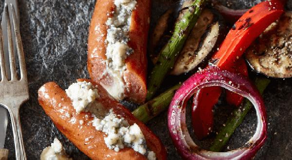 Saucisses grillées farcies au fromage sur salade de légumes grillés