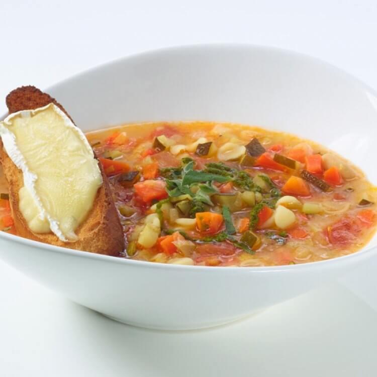 Soupe au pistou, croûton de pain grillé au Fleurmier de Charlevoix