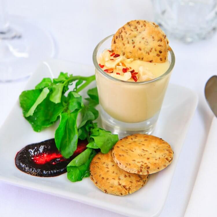 Tartine de fromage Le Brie Paysan au cidre tranquille, craquelins à la cameline et gel de framboises noires