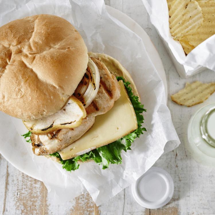 Burger froid de poulet aux poires grillées, aux oignons Vidalia et Le Louis Dubois