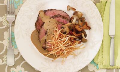Rôti de bœuf réconfortant, sauce crémeuse et champignons sauvages