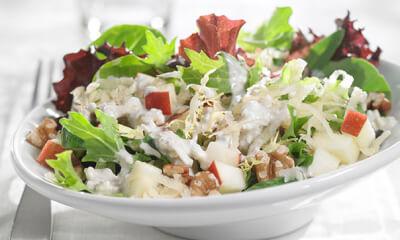Salade d'hiver au bleu crémeux et aux noix