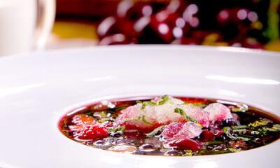 Soupe de petits fruits au vin rouge, panna cotta et granité de miel
