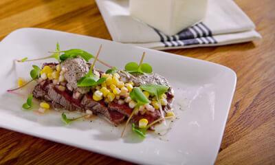 Tataki de bison, mousseline de champignons, vinaigrette au fenouil et maïs mariné