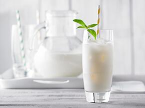 Thé latté glacé aux agrumes et à la menthe