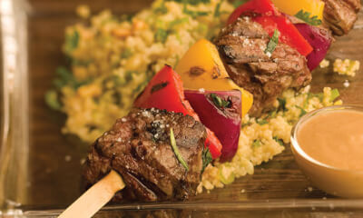 Brochettes de bœuf et de légumes, sauce crème au raifort