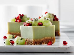 Carrés à la crème pâtissière aromatisée au thé vert et au kiwi