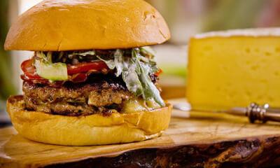 Burger à la Tomme de Grosse-Île et salade d'asperges